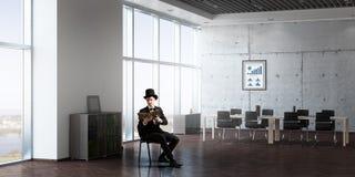 Бизнесмен в книге чтения цилиндра Стоковые Фото