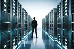 Бизнесмен в комнате сервера стоковые фотографии rf