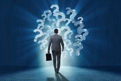Бизнесмен в концепции неопределенности с вопросительными знаками Стоковые Фотографии RF