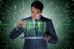 Бизнесмен в концепции cryptocurrency blockchain стоковая фотография