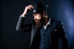 Бизнесмен в костюме Босс мафии в хипстере шляпы зрелом с бородой Мужская официальная мода Стильный босс мафии кавказско стоковое фото rf
