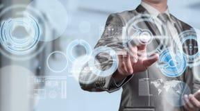 Бизнесмен в костюме голубого серого цвета используя цифровую ручку работая с di Стоковая Фотография