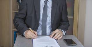 Бизнесмен в костюме подписывает контракт, согласование стоковые изображения rf