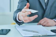 Бизнесмен в костюме предлагая пластичную кредитную карточку Кредит и концепция счета в банке стоковое изображение rf