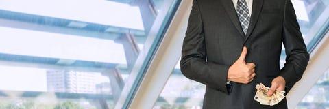 Бизнесмен в костюме при деньги показывая О'КЕЙ символа стоковое фото rf