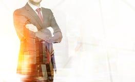 Бизнесмен в красной связи и большом городе Стоковое фото RF