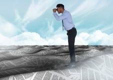 Бизнесмен в море документов под небом заволакивает с биноклями Стоковое фото RF