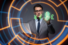 Бизнесмен в онлайн концепции торговли валютой Стоковые Изображения RF