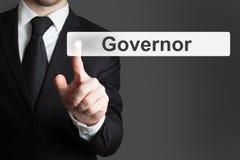Бизнесмен в офисе нажимая губернатор кнопки стоковое фото