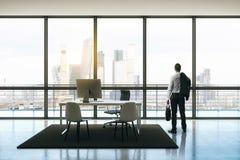 Бизнесмен в офисе пентхауса стоковое изображение rf