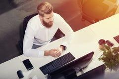 Бизнесмен в офисе соединенном на интернете Концепция startup компании Стоковое Изображение