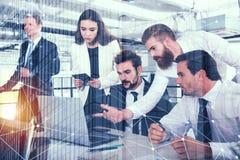Бизнесмен в офисе соединился на интернете с влияниями сети Концепция startup компании двойная экспозиция Стоковая Фотография
