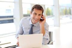 Бизнесмен в офисе Стоковая Фотография RF