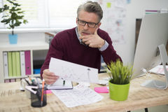 Бизнесмен в офисе Стоковое Фото