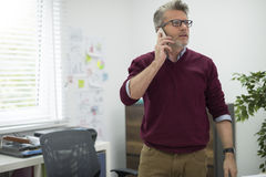 Бизнесмен в офисе Стоковые Фото