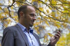 Бизнесмен в парке Стоковые Фотографии RF