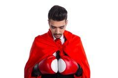 Бизнесмен в перчатках бокса и накидке супергероя Стоковые Изображения
