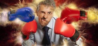 Бизнесмен в перчатках бокса на черноте Стоковое Изображение RF