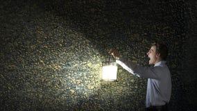 Бизнесмен в поиске в темноте Стоковые Изображения RF