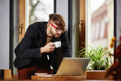 Бизнесмен в рубашке, выпивая кофе в кафе Стоковые Изображения
