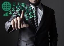 Бизнесмен в сером костюме касаясь с концепцией средств массовой информации значка социальной стоковые фото