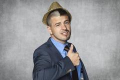 Бизнесмен в смешной шляпе и смешной стрижке стоковые фото
