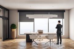Бизнесмен в современном офисе бесплатная иллюстрация
