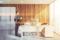 Бизнесмен в современном офисе главного исполнительного директора стоковые изображения rf