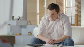 Бизнесмен в тревоге подсчитывая деньги Ссуда под недвижимость, банкротство акции видеоматериалы