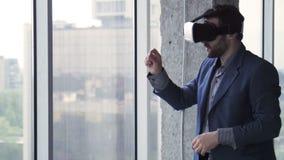 Бизнесмен в трещине oculus показывать и говоря сток-видео