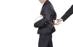 Бизнесмен в черном костюме дает деньги к инженеру для коррупции Стоковая Фотография RF