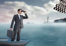 бизнесмен в шлюпке на море ища флаг контролера с биноклями Стоковые Фотографии RF