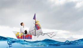 Бизнесмен в шлюпке сделанной из бумаги Стоковые Фотографии RF