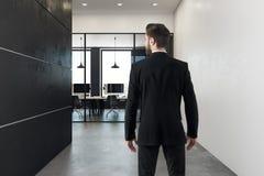 Бизнесмен в coworking интерьере офиса Стоковое фото RF