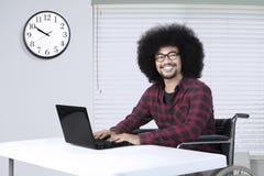 Бизнесмен гандикапа усмехаясь на камере Стоковое Изображение