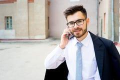 Бизнесмен говорит на телефоне Стоковое фото RF