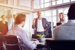 Бизнесмен говоря в встрече Стоковые Фотографии RF