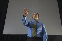 Бизнесмен говоря на конференции стоковые изображения