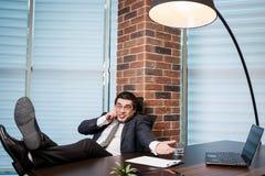 Бизнесмен говоря на мобильном телефоне, бизнесмен говоря на t Стоковое Изображение RF