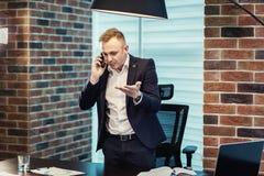 Бизнесмен говоря на мобильном телефоне, бизнесмен говоря на t Стоковые Фотографии RF