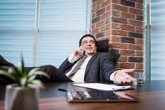Бизнесмен говоря на мобильном телефоне, бизнесмен говоря на t Стоковая Фотография RF