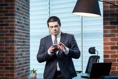 Бизнесмен говоря на мобильном телефоне, бизнесмен говоря на t Стоковое фото RF