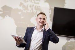 Бизнесмен говоря на мобильном телефоне, бизнесмен говоря на t Стоковые Фото