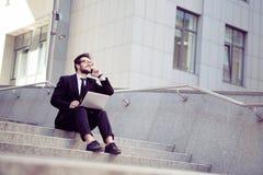 Бизнесмен говоря над мобильным телефоном Стоковые Изображения