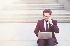 Бизнесмен говоря над мобильным телефоном Стоковое Фото