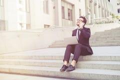 Бизнесмен говоря над мобильным телефоном Стоковая Фотография RF