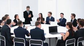 Бизнесмен говоря на предложении в переговорах Стоковые Фотографии RF