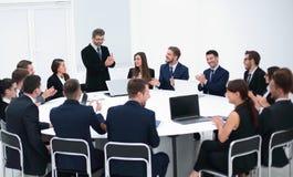 Бизнесмен говоря на предложении в переговорах Стоковая Фотография RF