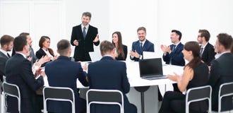 Бизнесмен говоря на предложении в переговорах Стоковое Изображение RF
