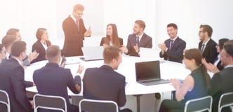Бизнесмен говоря на предложении в переговорах Стоковые Изображения RF
